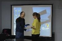 Денис Кузнецов вручает дипломы Школы Медиа-менеджера ОМС